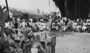 COLLECTIE_TROPENMUSEUM_Een_dansvoorstelling_voor_toeristen_op_Bali_TMnr_60027498